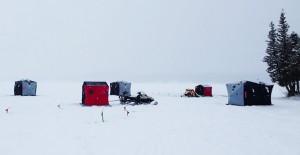Plusieurs cabanes et motoneiges en saison de pêche blanche sur le Lac Témiscouata